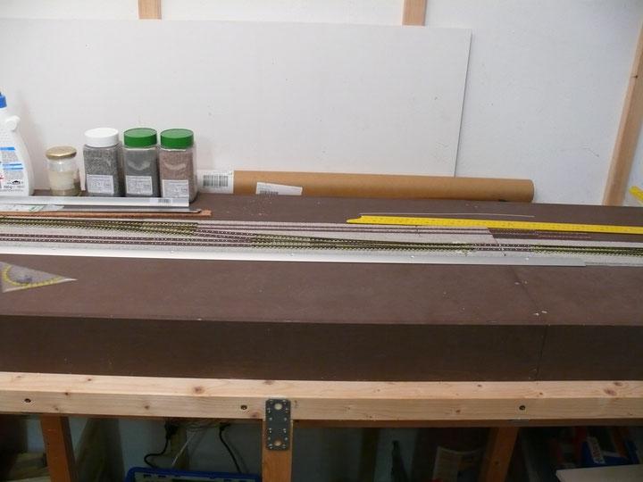 Bild 110: Weichen 3 und 4 eingebaut, die Langschwellen hinten liegen ebenfalls Probe.