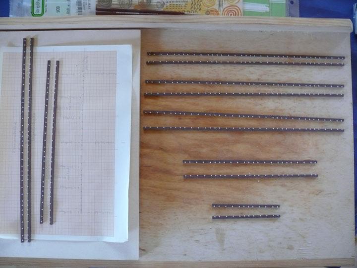 Bild 68: Vorbereitete Langschwellen mit Hilfe einer Schablone, einseitig mit 1x1 mm Plättchen versehen.