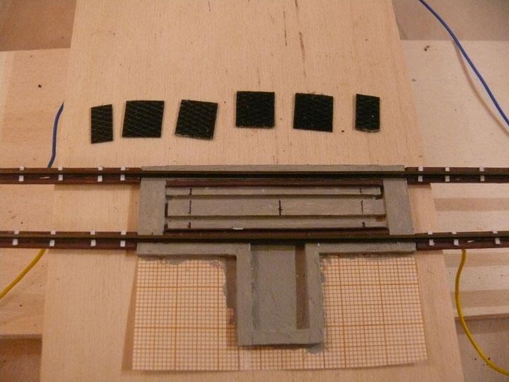 Bild 119: Herrichten der Riffelblechabdeckung zwischen den Schienen.