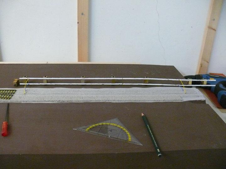Bild 88: Schienen zur Seite geklappt für das Auftragen des Klebers.