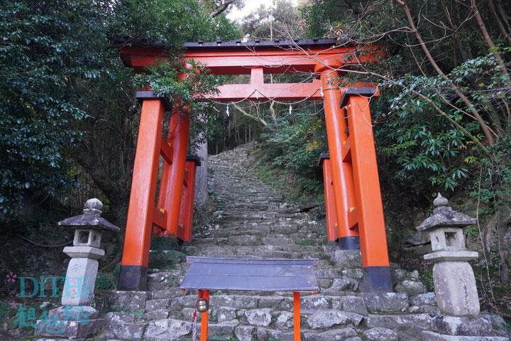 神倉神社の鳥居から石段急傾斜