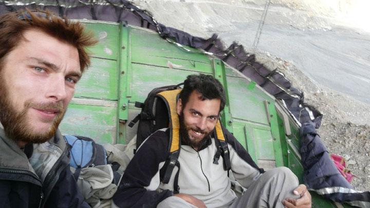 Sur le toit d'un camion, nous faisons du stop apres une balade dans un petit village