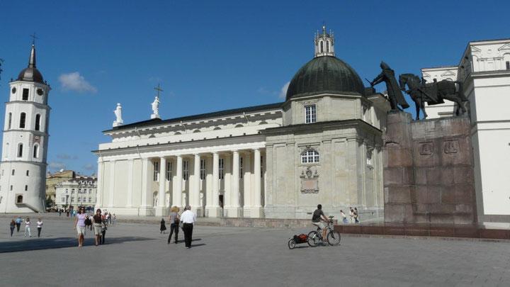 Sur la place de l'archi-cathēdrale, sous le regard de Gediminas (Grand-Duc de Lituanie), a Vilnius