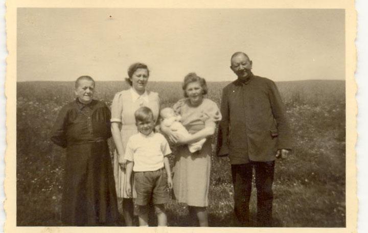 Klein-Reiner mit Oma, Tante Emma, Mutti, Opa und Rudi