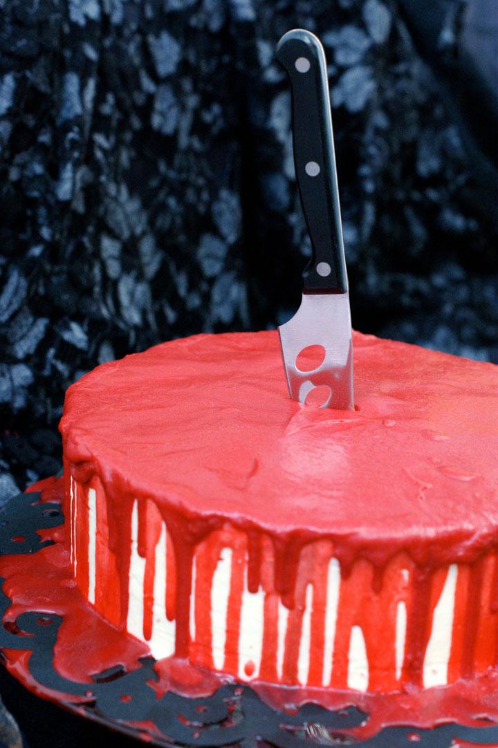 Blutende Red-Velvet-Torte