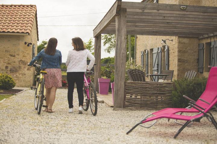Des vélos et des itinéraires de balades à disposition. @lecorbeau-photo.com
