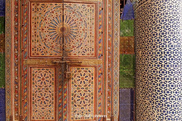 Gekachelte Tür in der Kasbah von Telouet, Marokko. Aufgenommen mit der Sony Alpha 7R mit Canon TS-E 17 mm Shift. Copyright 2014 by Rolf Lohmann