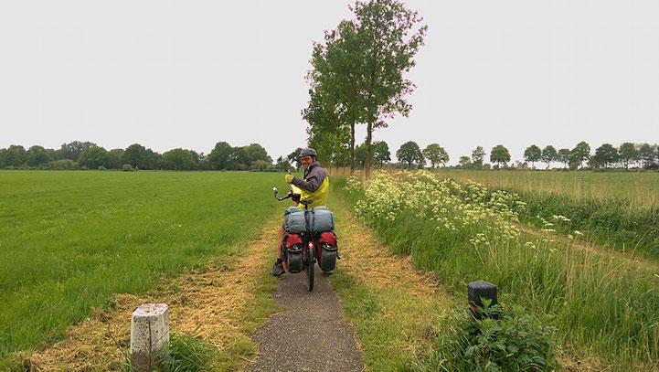 Pedalen im Niemandsland zwischen Holland und Deutschland.