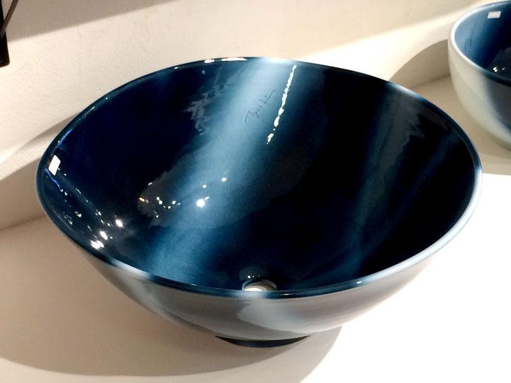 ヨシュアブルー洗面鉢 直径約50Cm 奥側を片押しすることにより省スペースとなっています(独自技法)          参考価格 ¥120,000(税込)