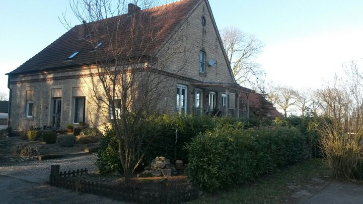 Wohnhaus mit angrenzendem Offenstall  (ganz rechts)