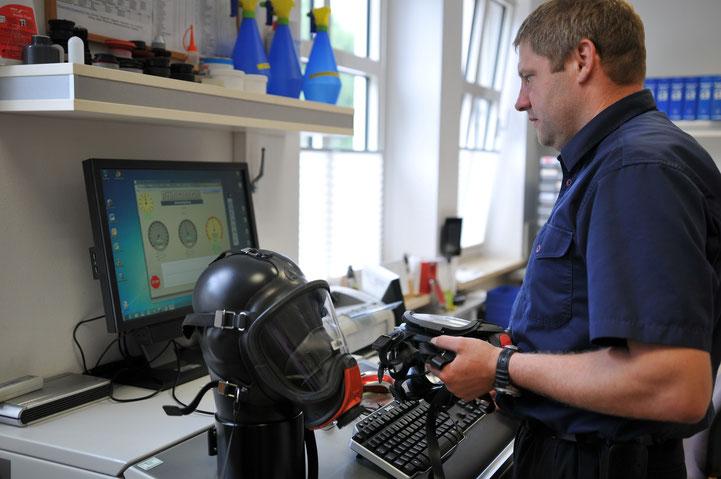 Prüfstand für die regelmäsige Inspektion sämtlicher Pressluftatmer im Landkreis Deggendorf
