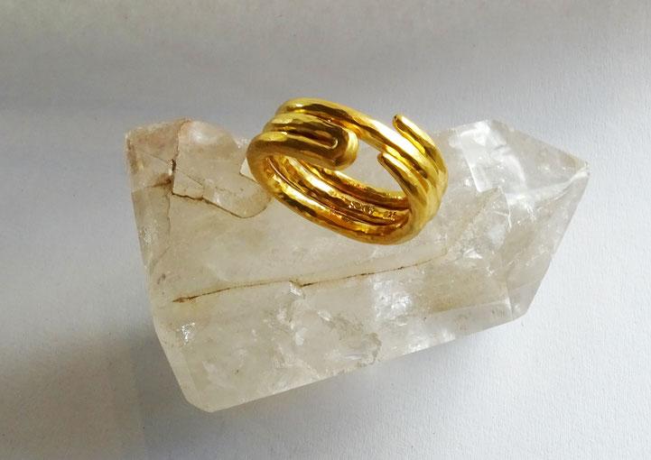 Schlag auf Schlag nach traditioneller Handwerkskunst geschmiedeter Ring