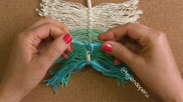 Plumas de colores tejidas en macramé y crochet