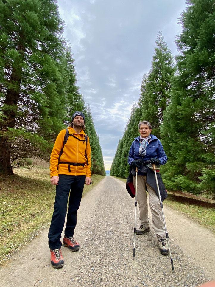 Daniel Fritschi und Rosmarie Fritschi auf der Mammutbaum-Allee am Uetliberg.