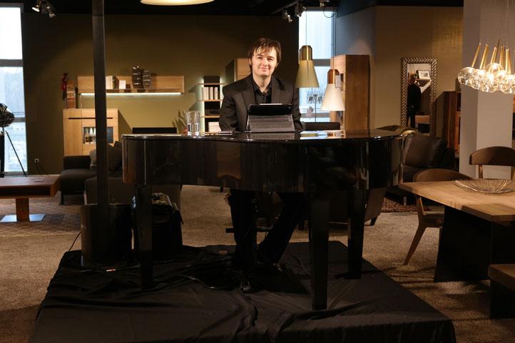 Musiker, Pianist zur Weihnachtsfeier
