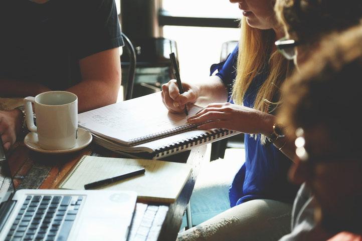 Gruppe arbeitet etwas aus, gegenseitiger Austausch von Erfahrungen