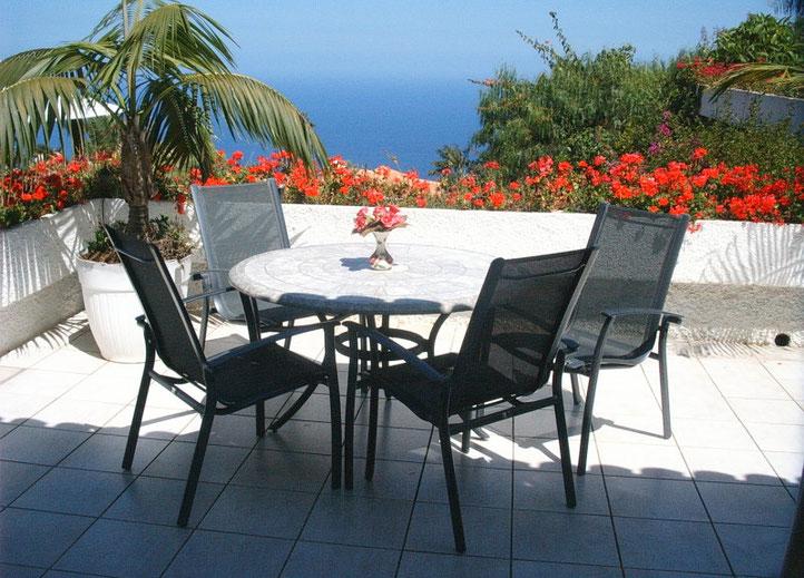 Terrasse mit Gartenmöbel zum verweilen