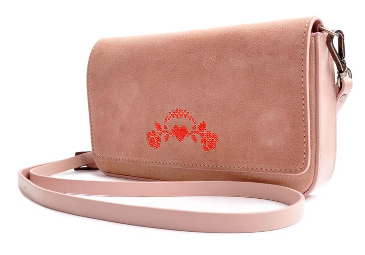 Dirndltasche mit Schulterriemen aus Leder, in rose.  Clutch zum Dirndl . Hochzeit in Tracht . OSTWALD Traditional Craft