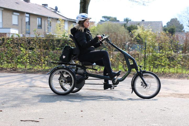 Frau fährt auf Van Raam Easy Rider 3