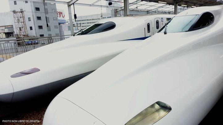 Shinkansen en gare japonaise