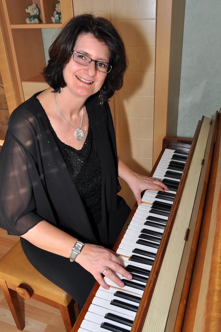 Claudia Breiter beim Klavierspielen