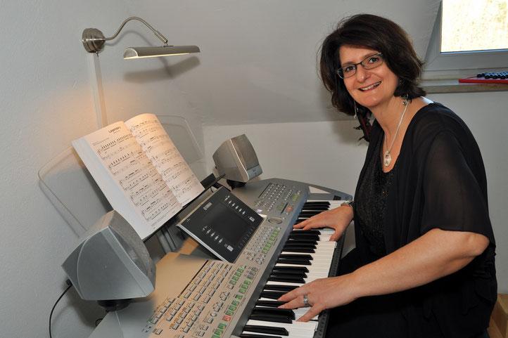 Claudia Breiter beim Keyboardspielen