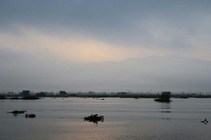 Lueurs de l'aube sur le lac Inle