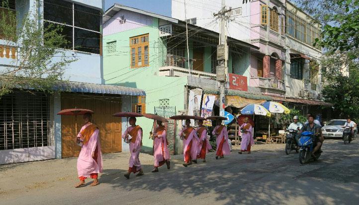 Défilé de nonnes dans les rues de Mandalay
