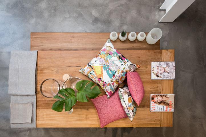 Mit wenig Aufwand kann man mit Kissen einen Raum verändern. Kissen auf Maß in allen Größen aus hochwertigen/exklusiven Stoffen namenhaft führender Hersteller. Tischwäsche höchster Qualität in Leinen und bedruckter Baumwolle, auf Maß erhältlich.