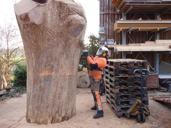 Eichenstamm satt für Bienen, Erzengel Michael harrt seiner Befreiung aus dem Holz. Werkstatt für Figurenbeuten