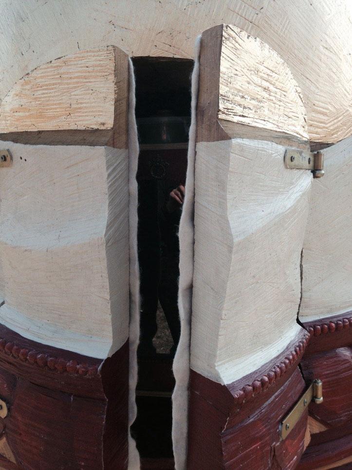 Zugang in den Bauch des Buddhas. Wo Bienen leben, Beutenraum Buddha, die Flügeltüren öffnen sich wie zu einem Heiligenschrein. Durch ein Fenster werfen wir direkt einen Blick in die Honigmanufaktur. Ein erprobtes System erlaubt ein artgerechtes Arbeiten mit den Bienen ohne Ausbeute.
