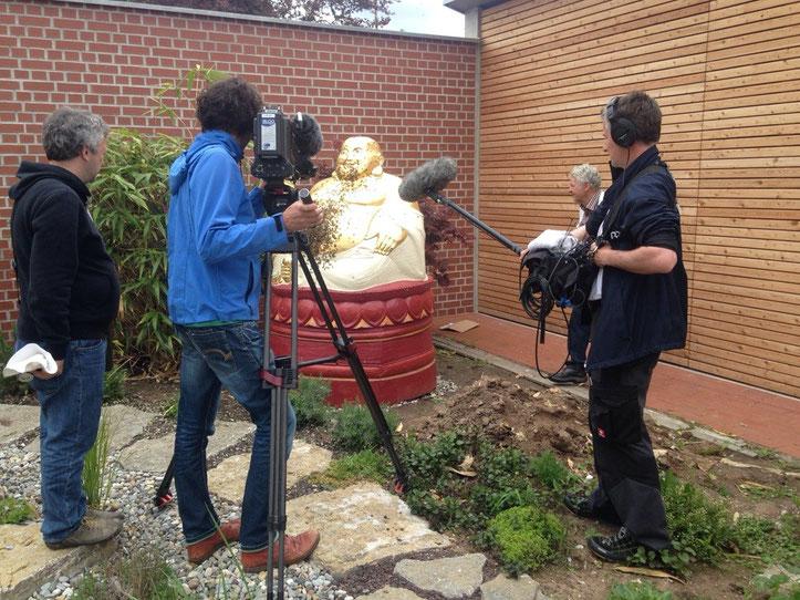 Sa. 9.5., Stichtag: Besetzung des Buddhas mit Bienen, BR - Filmteam ist dabei