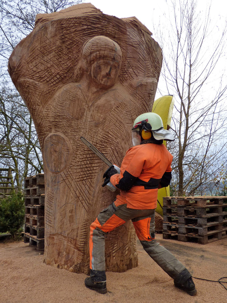 Wächter für Bienen aufstellen, der Erzengel Michael steht vor dem Tor zum Paradies, dem Paradies mit Bienen, Freiluftatelier, Werkstatt für Figurenbeuten