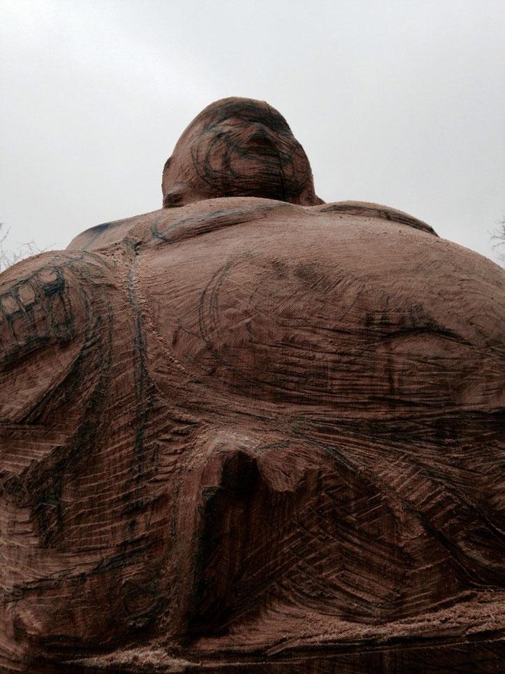 Schnitzarbeiten am lachenden Buddha als Bienenstock