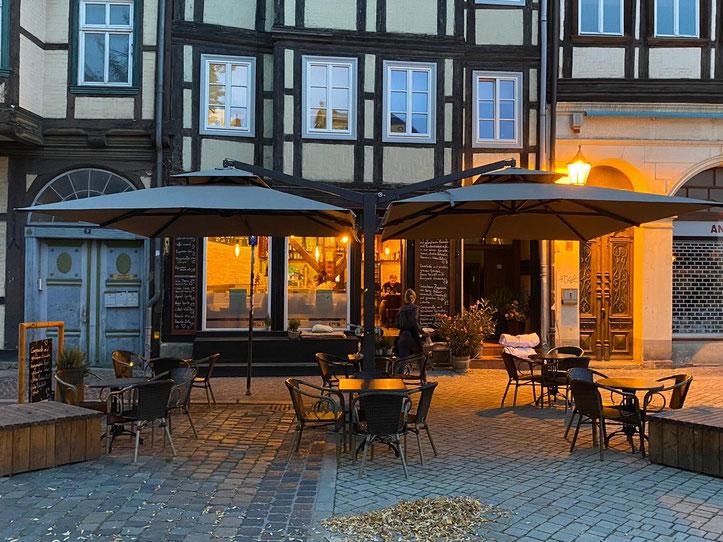 Sonnenschirme & Co massanfertigung Deutschland. Fachwerk Quedlinburg, Allegro Gastroschirme Duo mit Mittelmast 450 x 650 cm