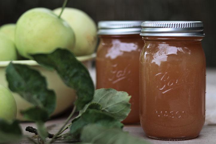 Apfel-Rhabarber-Marmelade mit Äpfeln im Hintergrund