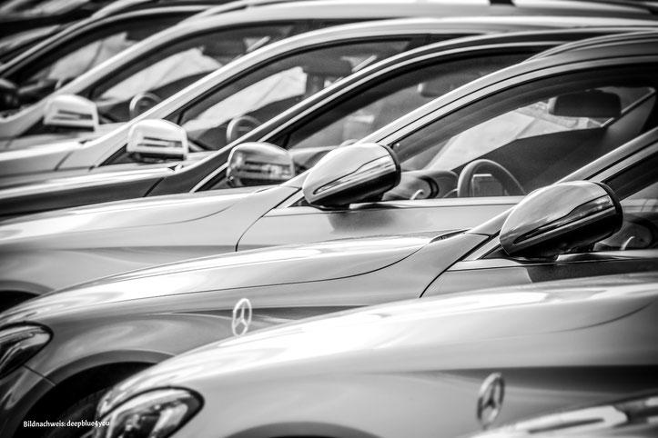geparkte Autos, Gebrauchtwagen, Mercedes, Fahrzeuge, Automobilverkauf, Automobilankauf