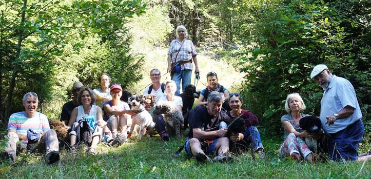 Die fotogenen Teilnehmer mitten im waldigen Grün. Links unten in der Ecke unser Fotograf, dem wir die meisten Fotos verdanken. MERCI Röbi!