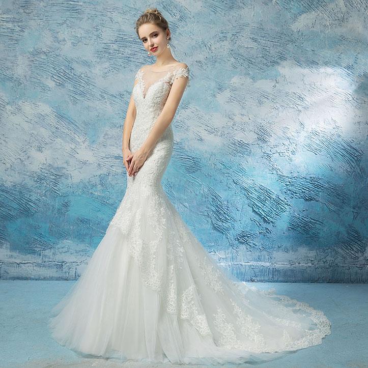 Brautmoden, Brautkleider, Model in einem Brautkleid mit Spitze, Fishtail