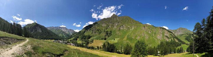 Blick auf Samnaun - Dorf im Engadin im Kanton Graubünden.