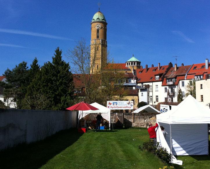 Der Messestandort Böhmerwiese noch fast ganz leer, im Hintergrund die Bamberger Ottokirche und davor unser Sonnenwirbel-Stand im Aufbau.
