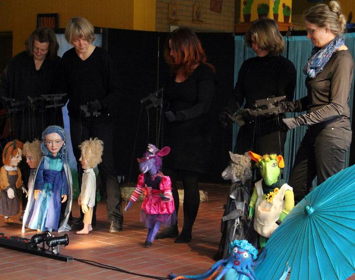 """Fünf Muggnpfiffer und einige der Marionetten zu unserem neuesten Stück """"Die Regentrude""""."""