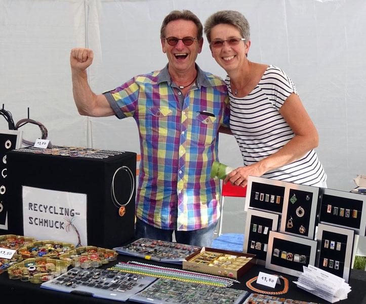 Unsere Marktnachbarn Conny und Uli auf der LandArt in Culmitzhammer mit ihrem einzigartigen Computerschmuck und großer Begeisterung!