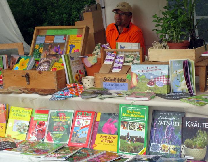 Präsentation meiner preisgünstigen Kräuter-, Bestimmungs- und Gartenbücher auf dem Historischen Gartenfest in Kleintettau (mein Mann im Hintergrund ist weder historisch, noch zu verkaufen;-)).