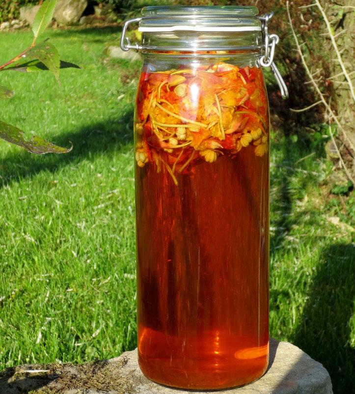 Kapuzinerkresse-Essig - nach ein paar Stunden schon leuchtend orange!
