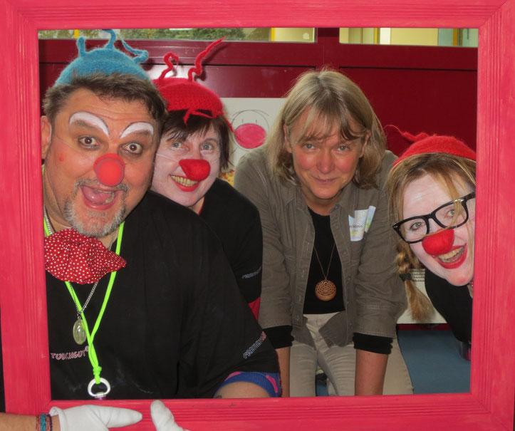 Vier Clowns - drei mit roter Nase und eine mit roten Backen!