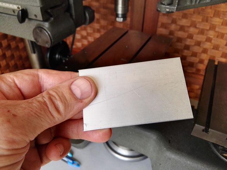 Présentation d'une plaque d'aluminium qui servira à la fabrication de l'anneau