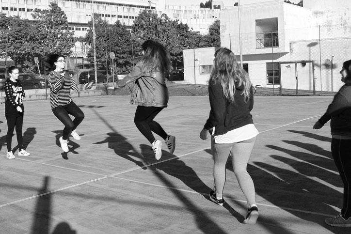Juego de la comba. Dos alumnas mueven la comba mientras las demás  se van incorporando para dar un par de saltos y salir nuevamente.