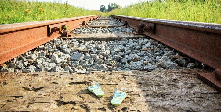 Fernweh - Flip Flops auf Bahnschienen