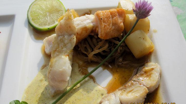 Dreierlei von Zartfischen an Sojasprossen-Spargel-Salat mit kräftiger Ingwer-Soja-Sauce.